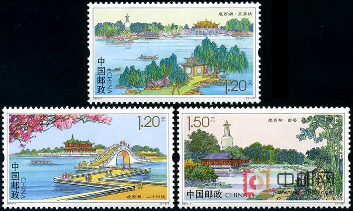 图案面值: 图 序 图 名 面 值 (3-1)T 五亭桥 1.20元 (3-2)T 二十四桥 1.20元 (3-3)T 白塔 1.50元 相关资料: 为庆祝扬州建城2500周年,国家邮政局将于2015年4月18日发行特种邮票《瘦西湖》一套三枚,该套邮票画面内容将采用新中国邮票设计第一人孙传哲生前的画稿。 三枚邮票图案分别取景于扬州瘦西湖的钓鱼台、二十四桥和五亭桥,面值分别为1.