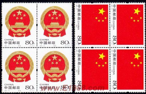 《中邮網 www.e1988.com》 中华人民共和国国徽,是中华人民共和国主权的象征和标志。国徽图案内容为中华人民共和国国旗、天安门、齿轮和麦稻穗。中国的新民主主义革命是从五四运动开始的,到1949年取得胜利,建立了中华人民共和国,天安门是五四运动的发源地,又是中华人民共和国成立时举行开国大典的盛大场所,用天安门图案作新的民族精神的象征。用齿轮、谷穗象征工人阶级与农民阶级;用国旗上的五星,代表中国共产党领导下的中国人民大团结,鲜明地表现新中国的性质是工人阶级领导的以工农联盟为基础的人民民主专政的社会主义